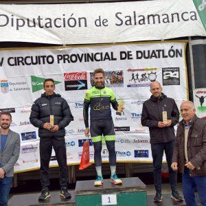 Moisés Dueñas aprovecha el tramo de bicicleta para ganar el Duatlón Cross El Corte Inglés